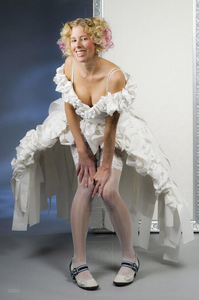 Model in trouwjurk van wc-papier.
