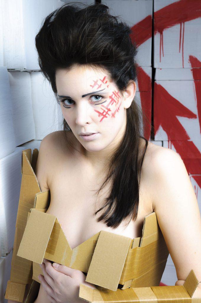 Model in uitgaanskleding van karntonnen dozen.