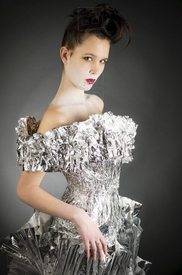 Model in avondjurk van aluminiumfolie.