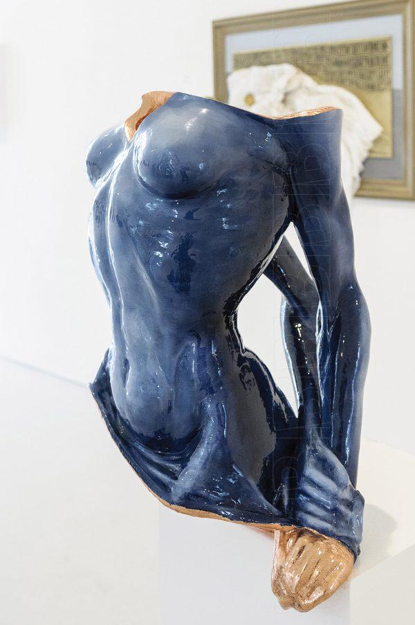 Running On Empty, torso van een vrouw in blauw