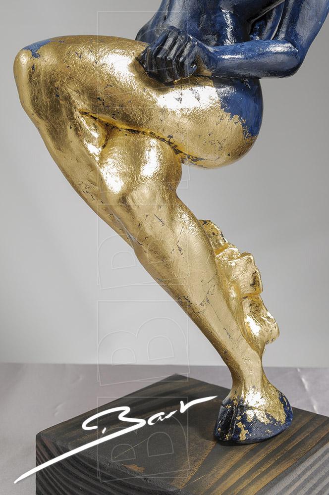 Sculptuur van vrouw op een hertenhoef in blauw en goudkleurig bladmetaal.