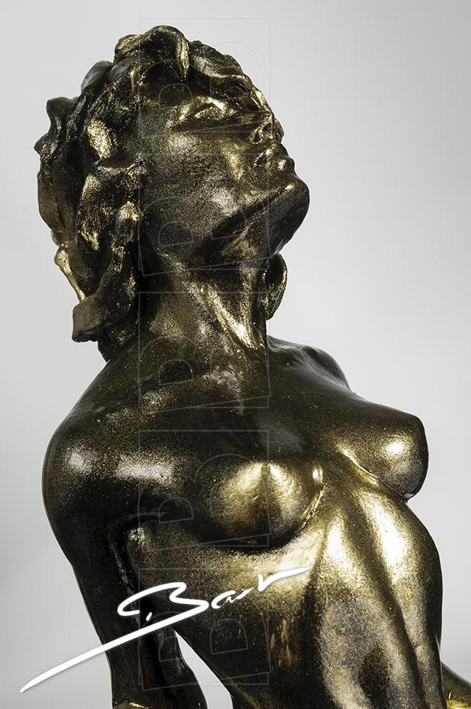 Betaalbare sculptuur van vrouw op een hertenhoef in zwart en goud.
