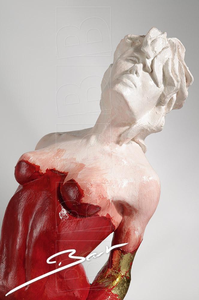 Betaalbare sculptuur van vrouw op een hertenhoef in rood, wit en goudkleurig bladmetaal.