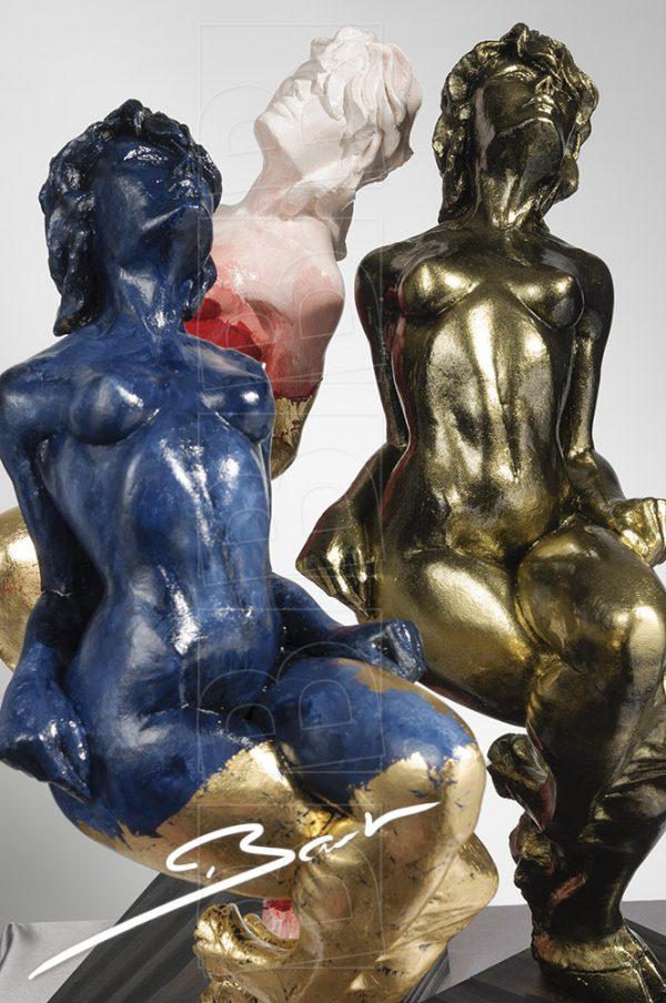 Betaalbare sculptuur van vrouw op een hertenhoef.