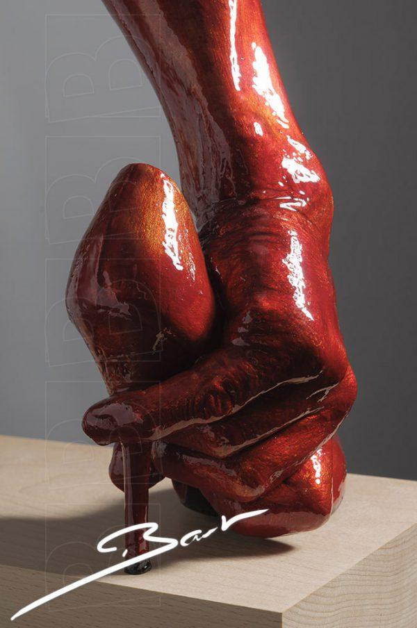 sculptuur van been met hand en schoen die samen een laars vormen, sculpturen of a leg, a hand and a shoe that together make a boot