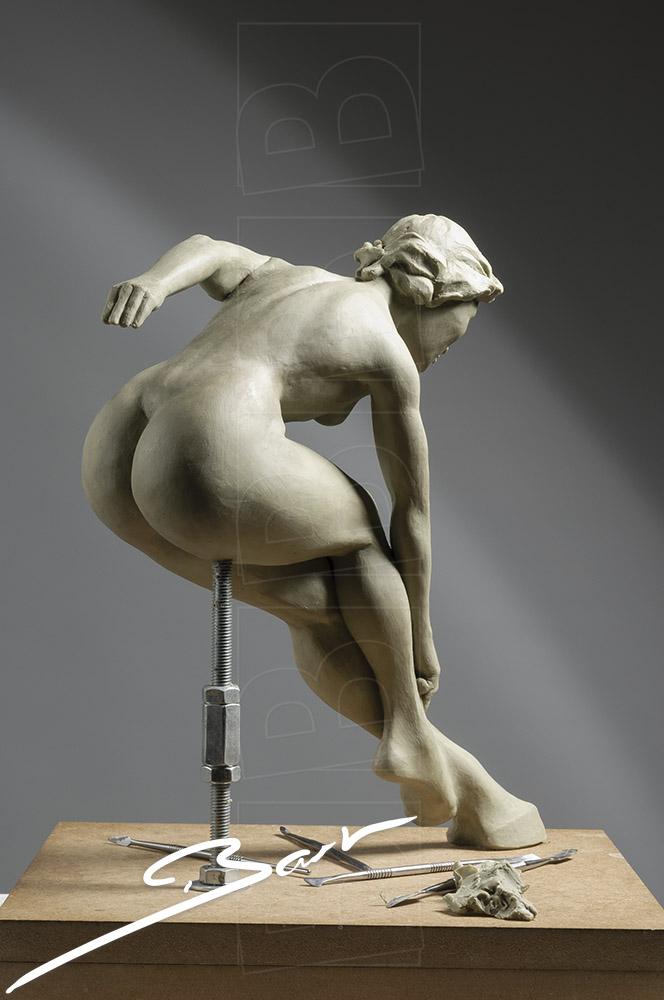 Wassculptuur van springende, naakte vrouwfiguur, een van haar voeten is een hoef. Wax sculpture of a jumping nude woman, one of her feet is a hoof.