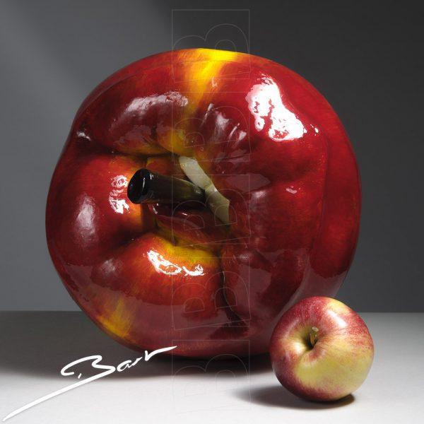 Beeld: Kus van een grote apple. Art: a big apple that kisses.