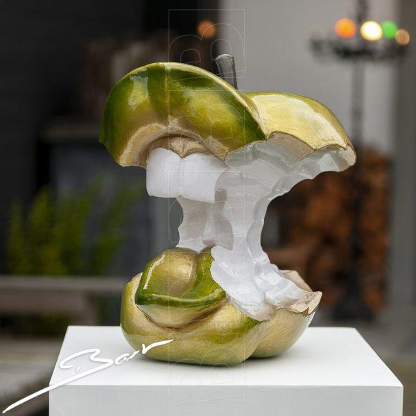 Kunstwerk, groot appelklokhuis met tanden, lippen en tong. Work of art, apple core with teeth, lips and tongue.